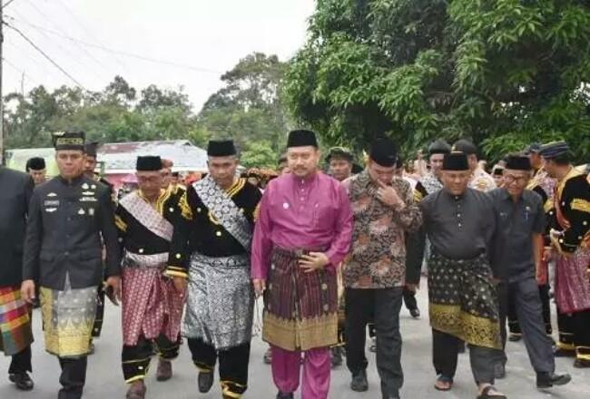 Penobatan diawali dengan arakan oleh Bupati Kampar dan para ninik mamak menuju balai Adat Terantang Tambang.