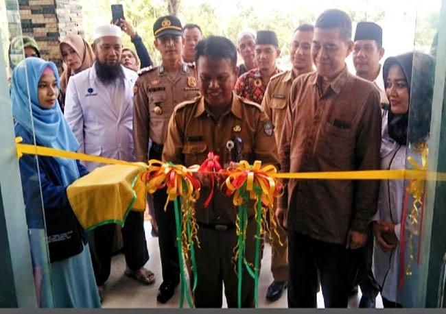 Sekretaris Kadisnaker memotong pita saat peresmian BLK Komunitas Yayan Muammad Abduh.