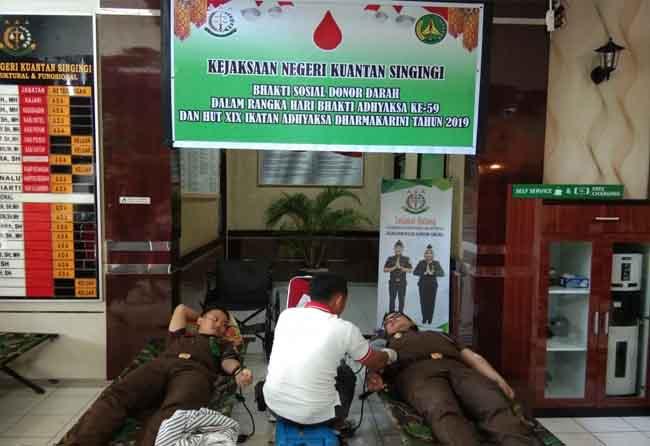 Kajari Kuansing Hari Wibowo SH, MH ikut donorkan darahnya.