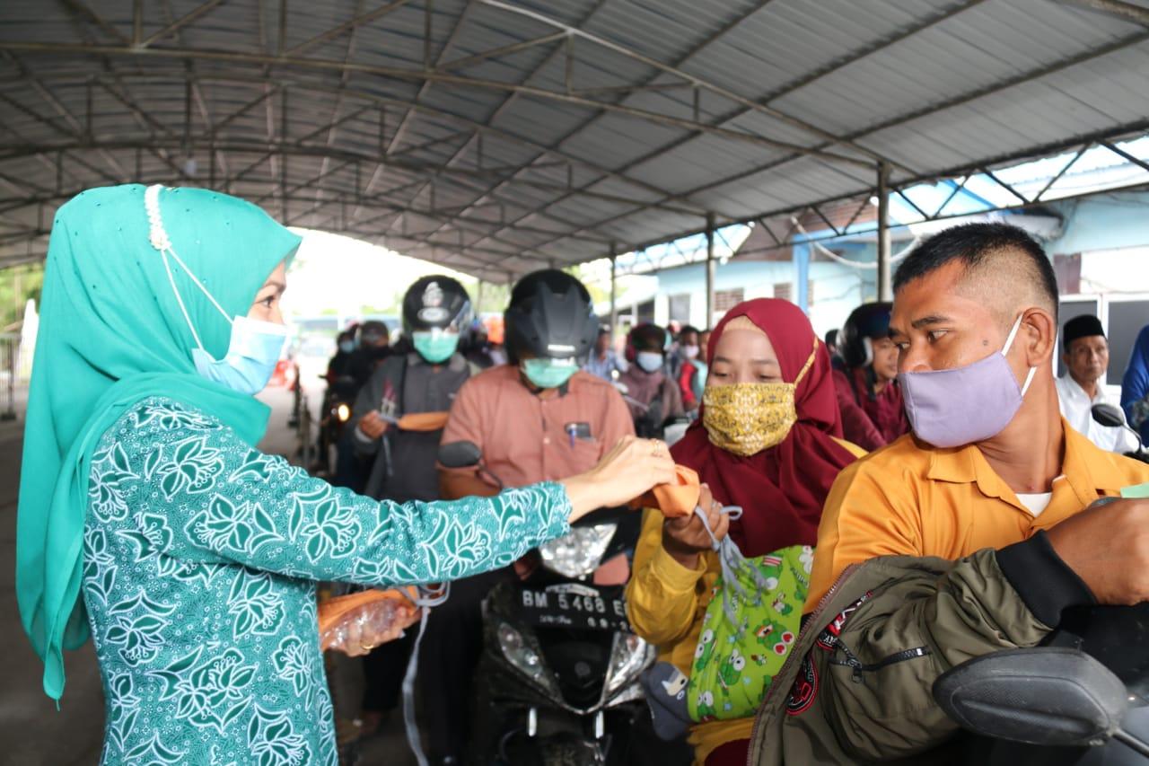 TP PKK dan DWP Kabupaten Bengkalis membagikan masker secara gratis di Pelabuhan Roro Bengkalis.
