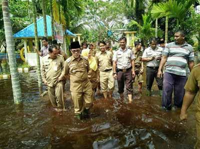 Walikota Dumai Drs H Zulkifli AS MSi meninjau banjir di Kecamatan Sungai Sembilan Senin sore kemarin. Foto Humas Polres Dumai