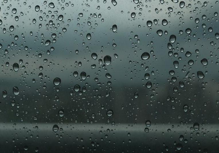 Hujan.