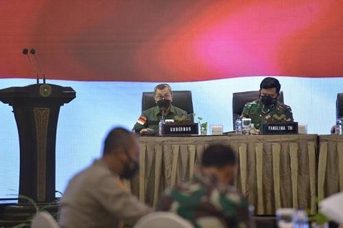 Panglima TNI Marsekal Hadi Tjahjanto memuji Gubernur Riau Syamsuar atas keberhasilan tekan kasus Covid-19 saat pertemuan di Hotel Pangeran, Pekanbaru.