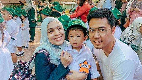 Nycta Gina dan suami jadi salah satu ortu generasi milenial yang berbagi foto anak #HariPertamaSekolah. Foto: Instagram