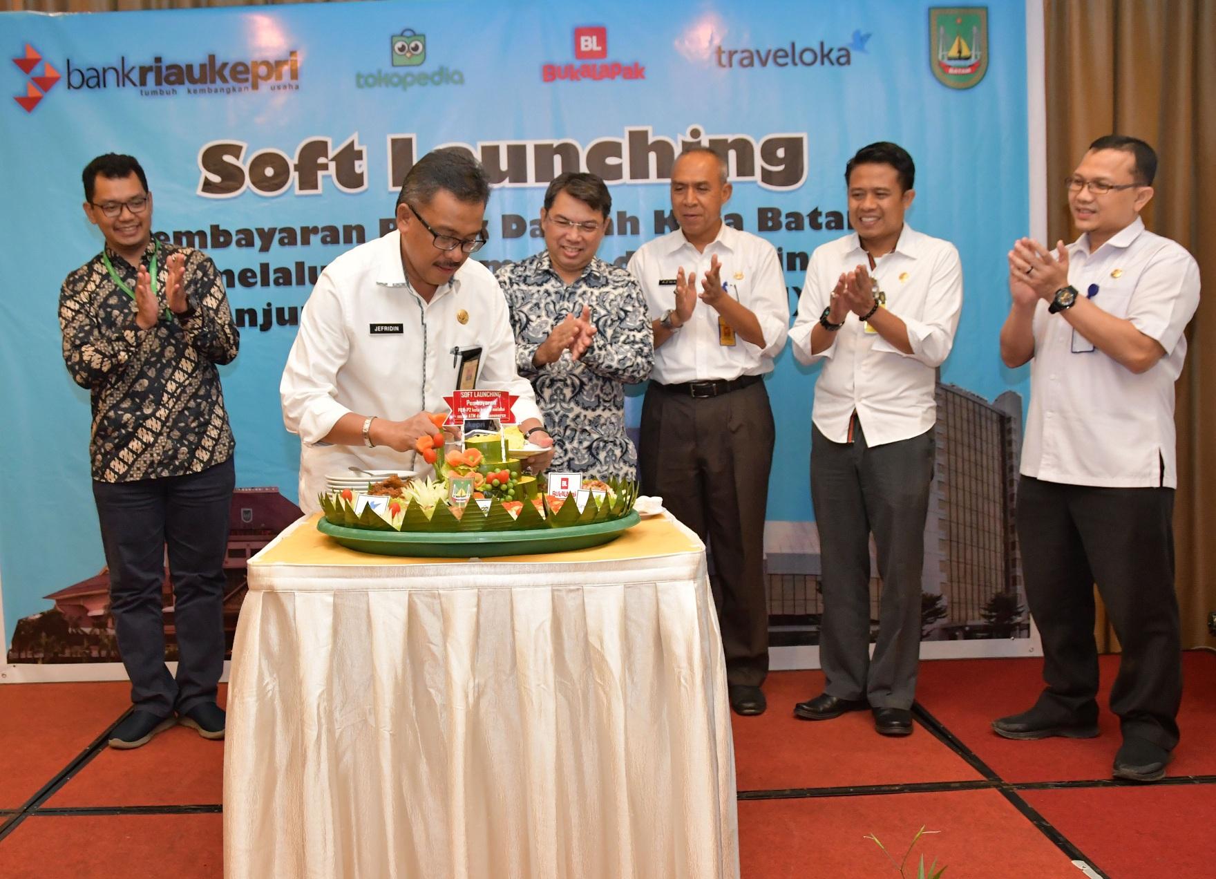 Soft Launching pembayaran PBB-P2 melaui e-commerce dan mesin Anjungan Tunai Mandiri (ATM) Bank Riau Kepri ditandai dengan pemotongan tumpeng oleh Sekda Kota Batam H. Jefridin, M.Pd bersama Pemimpin Divisi Produk Dana dan Jasa Bank Riau Kepri Yuharman, Kepala Dinas Damkar Kota Batam Azman, Sekretaris BPKAD Kota Batam Faizal Riza dan Kabid Pengembangan Evaluasi dan Sistem Informasi BP2RD Kota Batam Harry Dermawan, SE, MM serta Public Policy and Government Relations Specialist Tokopedia Awe Tsamma, Rabu, (28/8/19) di Ballroom Hotel Harmoni, Nagoya, Batam.
