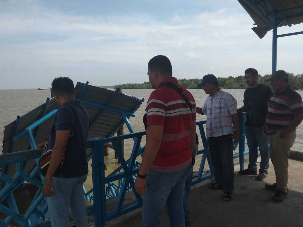 TimUnit Tipikor Polres Kepulauan Meranti mengecek kondisi ambruknya Ramdoor Pelabuhan Tanjung Samak, Kecamatan Rangsang.