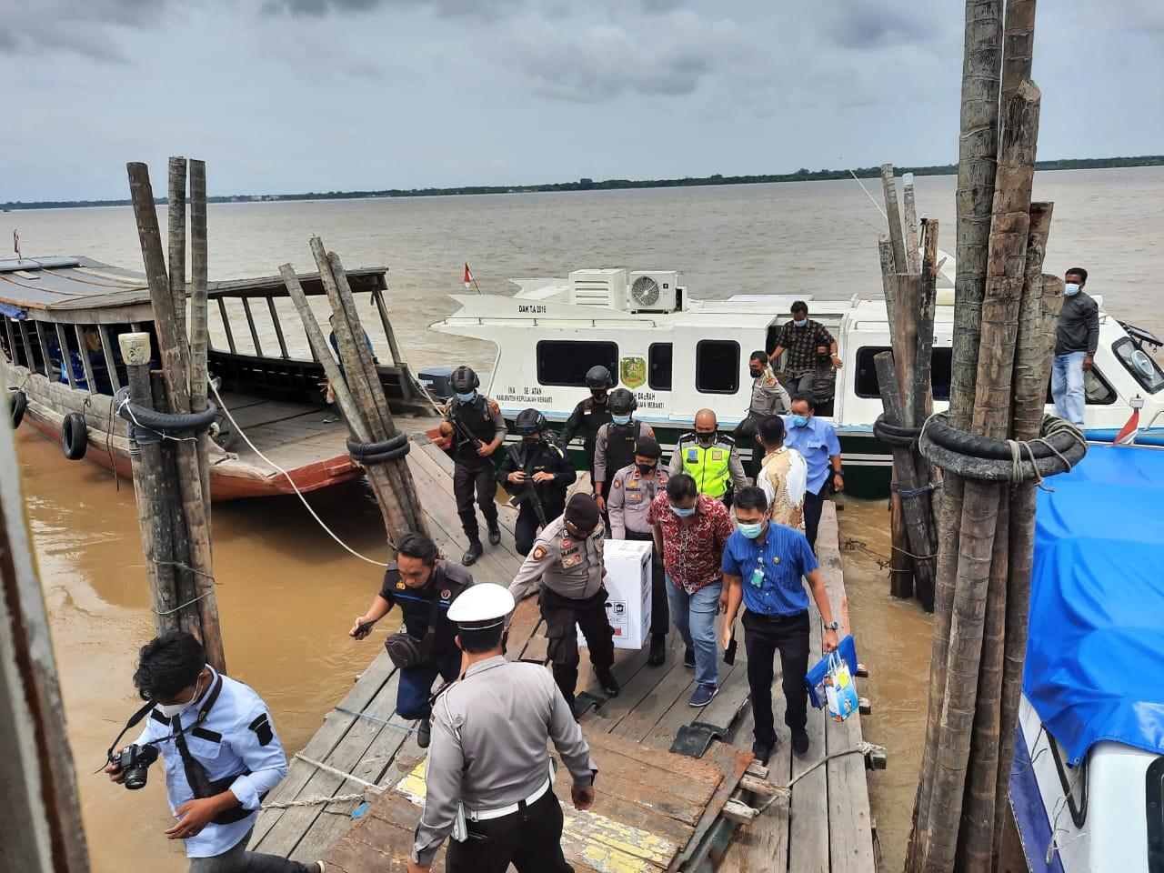 Vaksin Coronavac tiba di Pelabuhan Selatpanjang dan dikawal kepolisian bersenjata lengkap