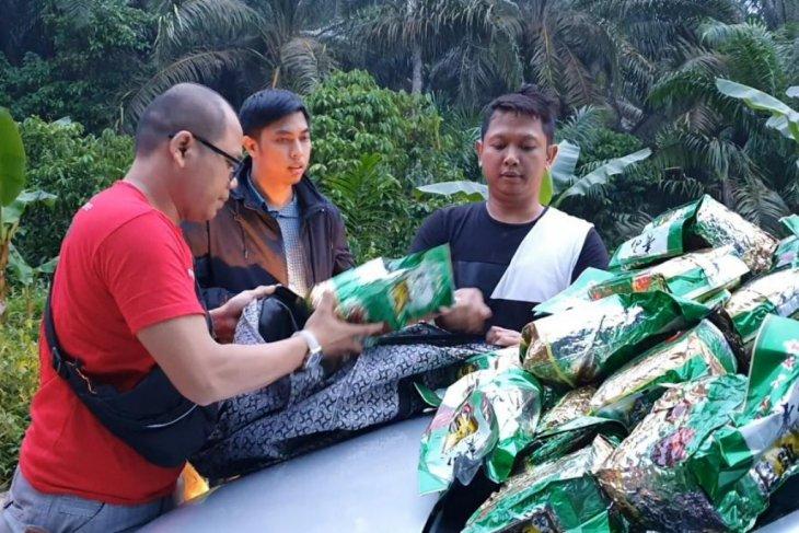 Petugas kepolisian Polres Jakarta Barat memeriksa paket-paket sabu hasil penangkapan di Riau, Kamis. FOTO: Polres Jakarta Barat