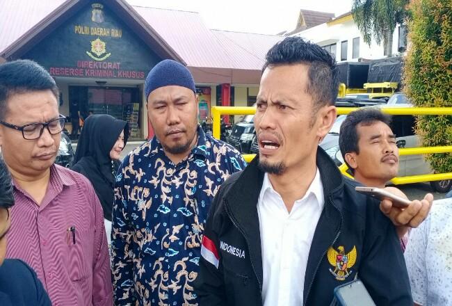 Perwakilan korban melapor ke Polda Riau.
