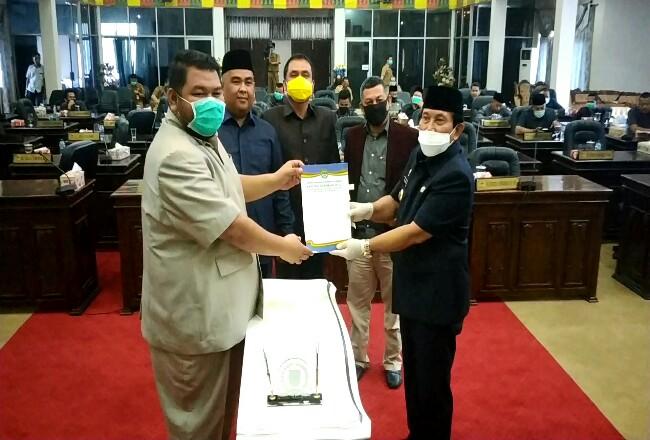 Ketua DPRD Rohul Novliwanda Ade Putra didampingi tiga pimpinan DPRD disaksikan anggota DPRD lainnya, serahkan berkas berita acara pengesahan 3 Ranperda menjadi Perda dalam rapat paripurna kemarin sore.
