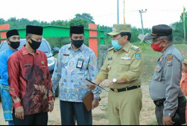 Bupati Sukiman, Kakankemeng Rohul Syahrudin, saat kunjungan ke Tambusai, melihat sekolah madrasah.