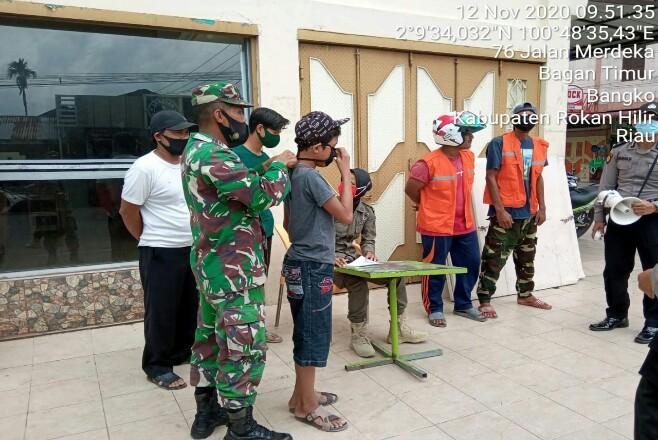 Satgas tertibakan warga yang tak menggunakan masker.