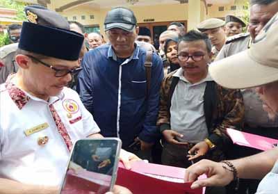 GMPM Kota Dumai menyerahkan surat pernyataan sikap agar Walikota Dumai Drs H Zulkifli AS MSi mencopot Kepala Dinas PUPR.
