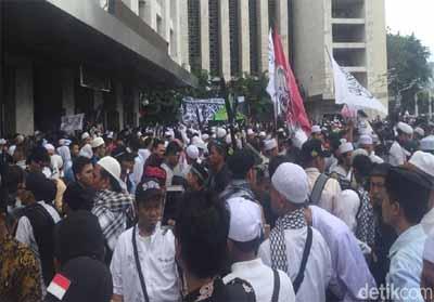 Massa Aksi 211 Long March dari Istiqlal ke Istana Massa Aksi Bela Tauhid atau Aksi 211 mulai bergerak meninggalkan Masjid Istiqlal Jakarta. Foto : Detik