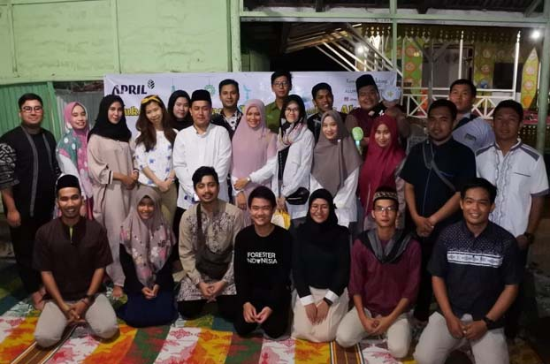 Foto bersama saat acara buka bersama dengan anak yatim dari Pondok Tahfidz Al Quran.