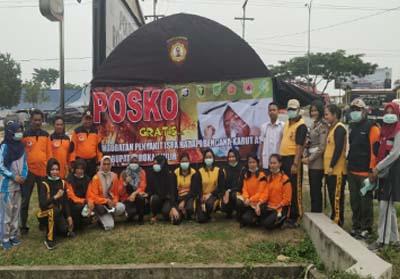 Foto bersama di depan Posko pengobatan ISPA.