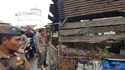 Satpol PP tinjau lokasi kandang babi yang dikeluhkan pedagang.