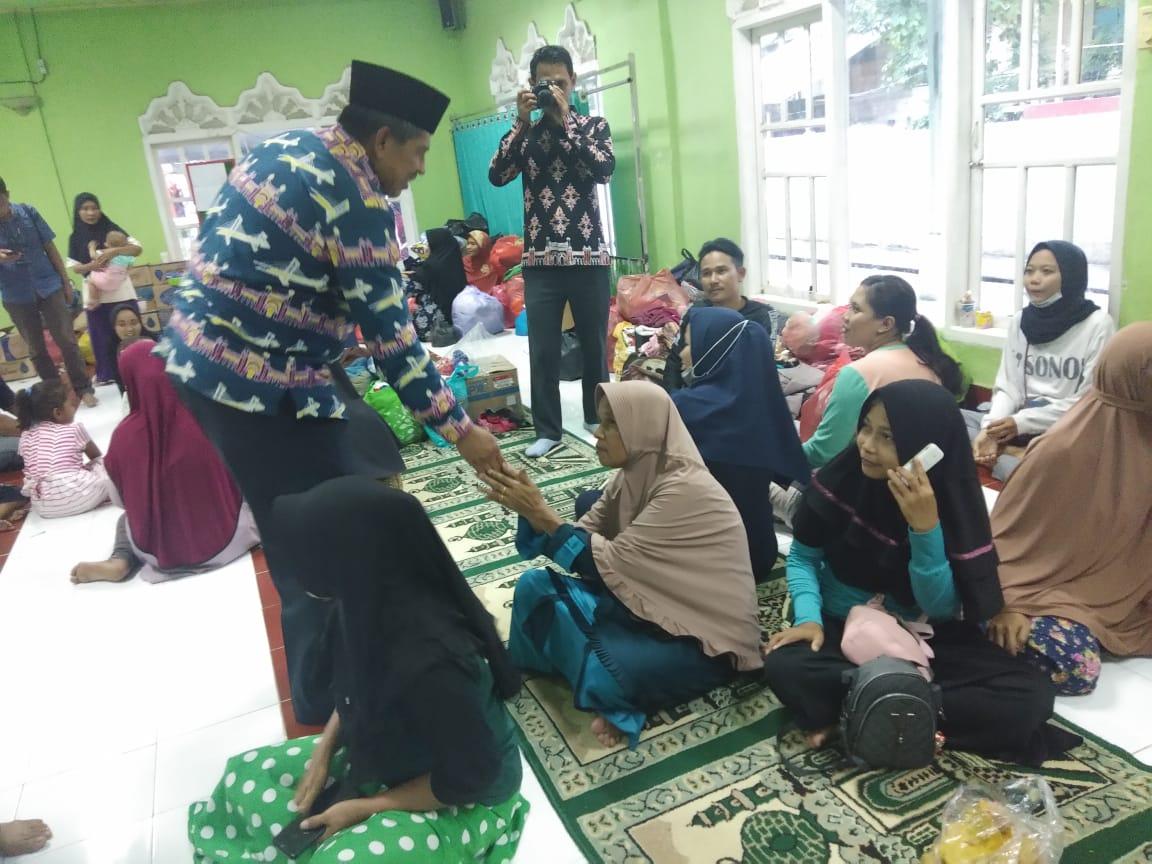 Bupati Siak Alfedri mengunjungi korban musibah kebakaran Mess Supir PT Arara Abadi di Kampung Pinang Sebatang Barat