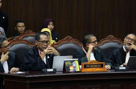 Tim Hukum Prabowo-Sandiaga dalam sidang putusan gugatan hasil Pilpres di MK.