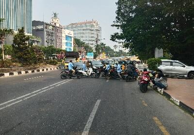 Massa mahasiswa menutup jalan sehingga mengakibatkan kemacetan arus lalu lintas di Jalan Sudirman.