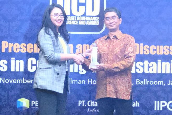 Corporate Secretary XL Axiata, Murni Nurdini (kiri) menerima penghargaan The Best Equitable of Shareholders  dan Top 50 of The Biggest Market Capitalization Public Listed Companies,dari Chairman of   Trustee Board Indonesian Institute for Corporate Directorship (IICD), Sidharta Utama di Jakarta, Sen