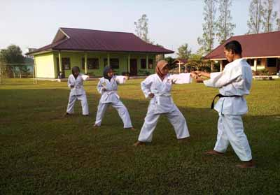 Babinsa saat melatih bela diri pada peserta didik di wilayah Koramil 05/Kampar Kiri.