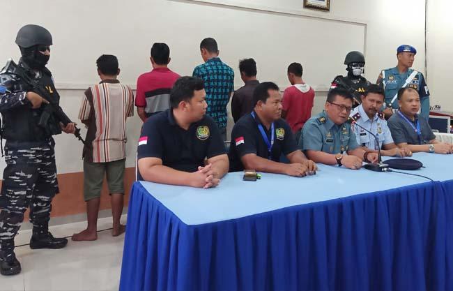Palaksa Lanal Dumai Letkol Laut (KH) Kaisar Farhan, didampingi Kepala Imigrasi Dumai Gelora Adil Ginting, SH memberikan keterangan pers terkait penangkapan TKI Ilegal, Selasa (5/11/2019) di kantor Imigrasi Dumai. FOTO: Bambang