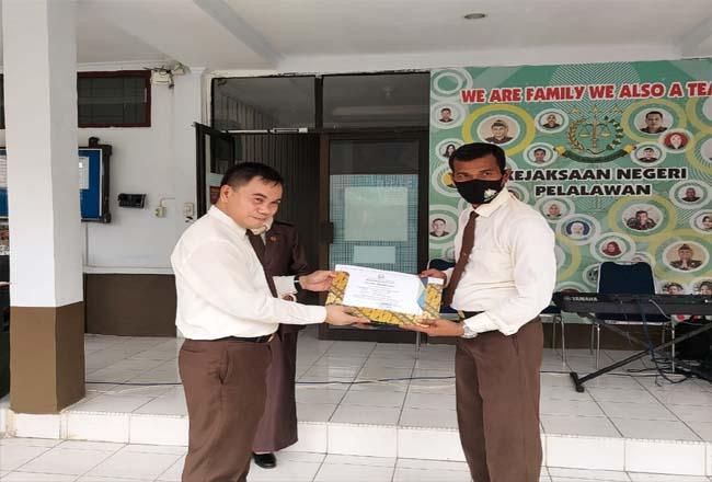 Penghargaan diserahkan kepada Kasi Intel Kejaksaan Negeri Pelalawan Sumriadi, SH, MH.