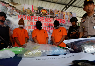 Kapolresta Pekanbaru Kombes Pol Susanto dan para tersangka bersama barang bukti saat ekspos di Polsek Limapuluh.