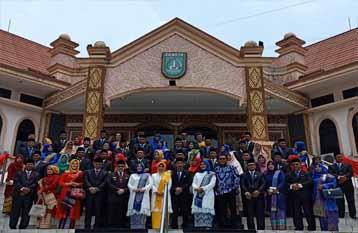 Foto bersama Anggota DPRD Dumai Periode 2019-2024 di depan Gedung DPRD Dumai.