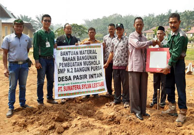 Penyerahan simbolis bahan bangunan berupa keramik pembangunan mushala yang diberikan kepada Kades Pasir Intan, Sudarman Susilo Ardani didampingi majelis guru SMPN 2 Bangun Purba