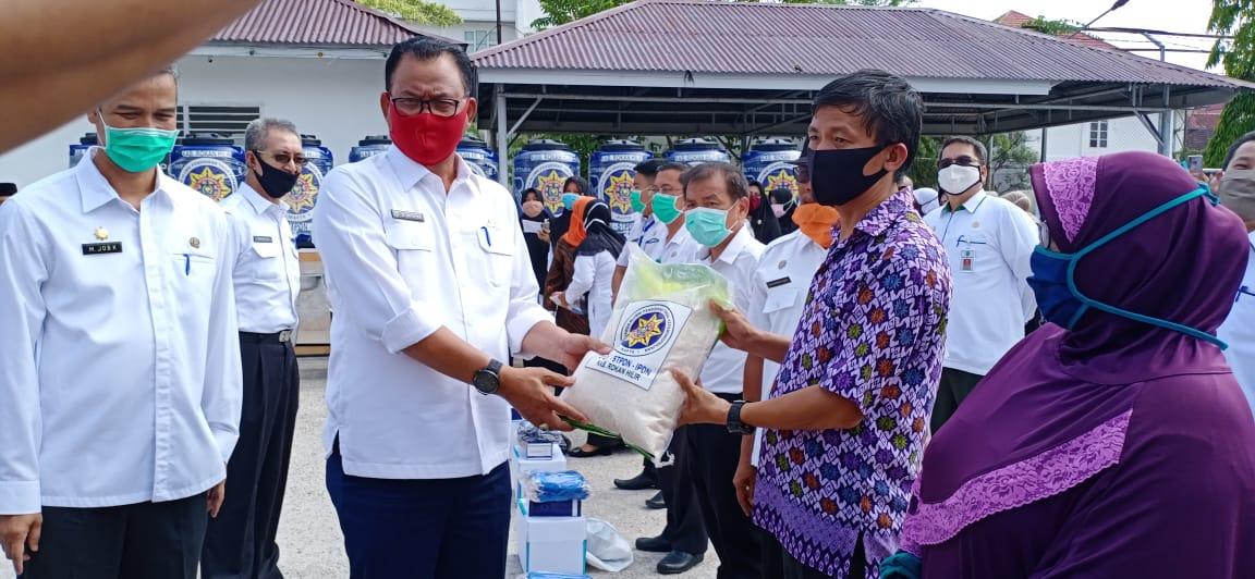 Penyerahan bantuan di 600 paket  kepada masyarakat, buruh, dan tukang becak di Kecamatan Bangko.