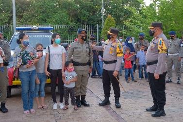 Kapolda Riau Irjen Agung Setia Imam Effendi melepas keberangkatan 100 orang pasukan berkemampuan khusus dari Kesatuan Brimob Polda Riau