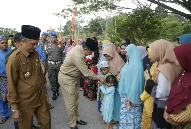 Bupati Alfedri menghadiri syukuran masyarakat Kampung Kotoringin.