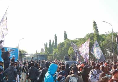 Suporter PSPS Riau berunjuk rasa di gerbang PT Chevron.