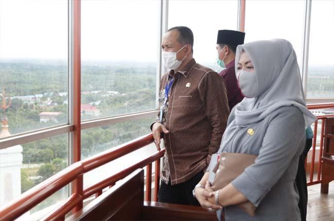 Bupati Batu Bara H.Zair dan rombongan, diajak berkeliling Sekda Rohul Abdul Haris, melihat Islami Center Rohul dan fasilitas serta program keagamaan di masjid kebanggaan masyarakat Rohul.