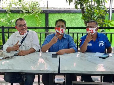Cawako Dumai Eko Suharjo (tengah) didampingi kuasa hukumnya Bambang (kiri) dan Sekretaris DPD Partai Demokrat, Edi M. Yatim memberikan keterangan pers.