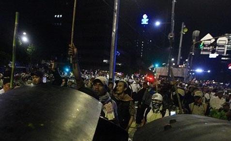 Demo rusuh sekitar Bawaslu RI. FOTO: Tempo