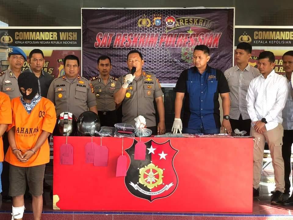 Dua pelaku kejatahan yang berhasil diamankan Polres Siak. Terlihat Kapolres didampingi Wakapolres dan Kasat Binmas memberikan keterangan pers
