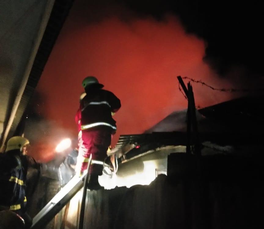 Petugas saat berjuang padamkan kobaran api.