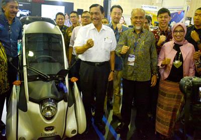 Menteri Koordinator Bidang Kemaritiman Luhut Binsar Panjaitan, Presiden Direktur PT TAM Yoshihiro Nakata (ketiga kanan), Presiden Direktur PT Toyota Motor Manufacturing Indonesia (TMMIN) Warih Andang Tjahjono (kedua kanan) dan Deputi TIEM BPPT Eniya Dewi (kanan) berfoto disamping i-Road yang merupakan konsep kendaraan listrik Toyota sebagai Personal Mobility Vehicle (PMV), pada acara pembukaan Indonesia Electric Motor Show (IEMS) 2019, di Jakarta, Rabu (4/9/2019).