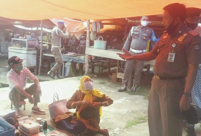 Kakan Satpol PP dan Damkar Rohul Ridarmato, bersama personel Polri dan TNI,lakukan penegakan Perbup 41 tahun 2020 tentang penerapan disiplin penegakan protokol Kesehatan yang mulai diberlakukan di Rohul.