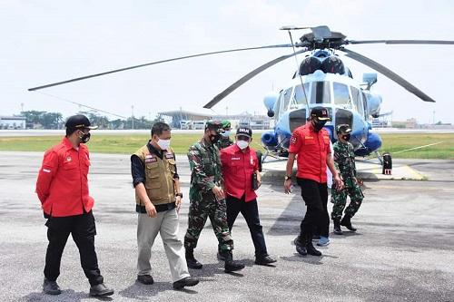 Pantau kondisi Karhutla, Danrem 031 Wira Bima, Brigjen TNI M Syech Ismed SE MHan bersama tim Satgas BPBD Riau dan Manggala Agni laksanakan Patroli Udara dengan Helikopter KLHK