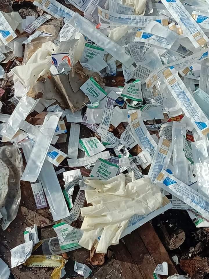 Sampah dan limbah medis diduga bekas Covid-19 berserakan yang dibuang sembarangan di TPS Jalan Gelora Selatpanjang