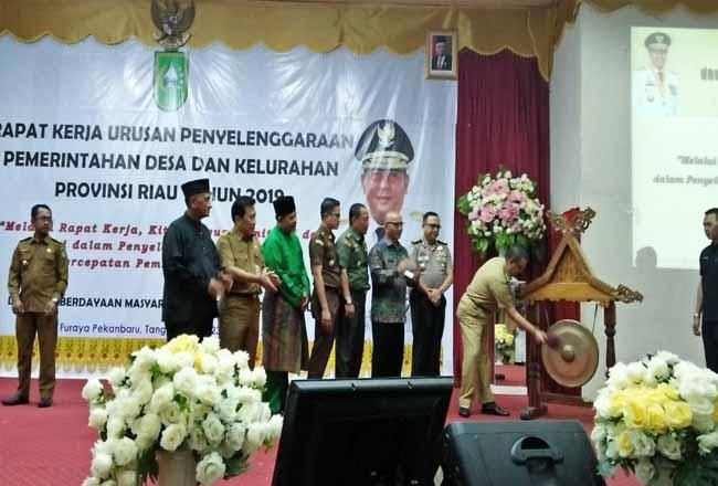 Wagubri Edy Natar Nasution saat membuka Raker dalam rangka Penyelenggaraan Pemerintahan Desa dan Kelurahan Provinsi Riau tahun 2019.
