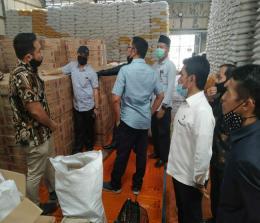 Komisi I DPRD Pekanbaru saat melakukan sidak ke gudang pengemasan bansos.