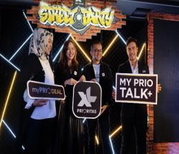 (ki-ka) Group Head Corcomm XL Axiata, Tri Wahyuningsih, Group Head Product and Marketing Premium Segment XL Axiata, Lyra Filiola, Chief Premium Segment Officer XL Axiata, Octavia Kurniawan dan Brand Amabassador XL Prioritas saat peluncuran paket Prioritas myPRIO Talk+ dan myPRIO DEAL di Jakarta, Jumat (25/10/2019). Foto Ist