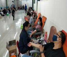 Kegiatan donor darah yang dilaksanakan PSMTI Riau di Mal SKA melewati target
