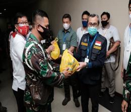 Gubernur Riau, H Syamsuar menyerahkan paket sembako kepada pendonor