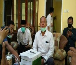 Rektor UIN Suska, Ahmad Mujahidin saat menyampaikan klarifikasinya.